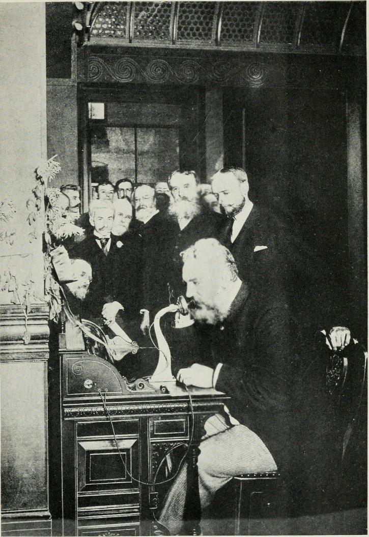 Alexander Graham Bell hablando por telefono