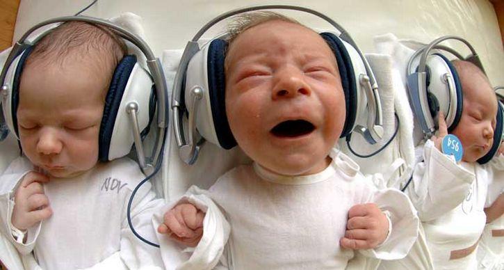 bebe escuchando musica
