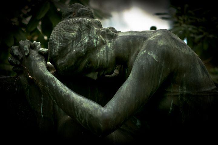 estatua mujer llorando