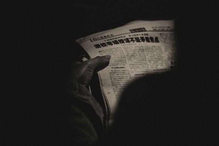 leyendo el periodico oscuridad