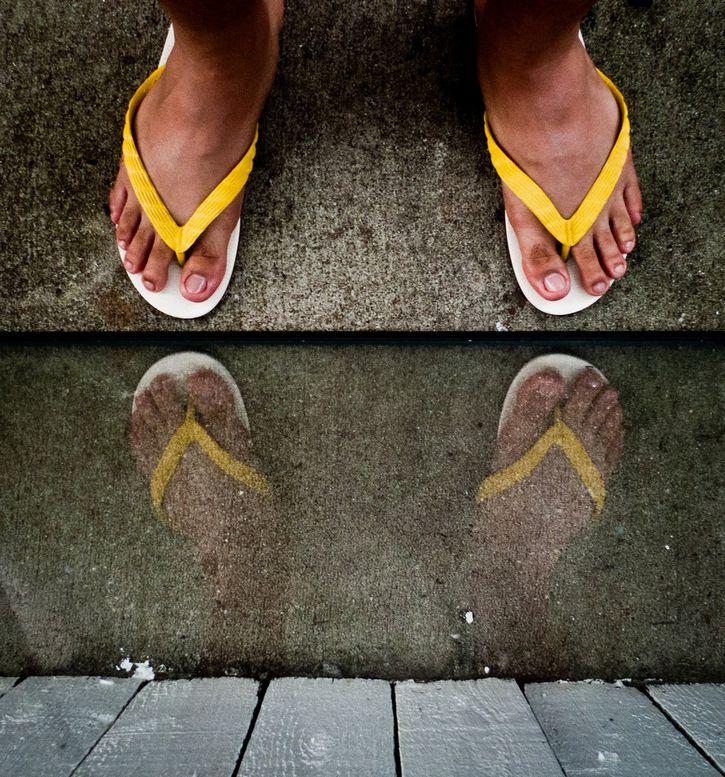 reflejo pies en el agua