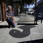 Artista pinta sombras falsas en la calle para confundir al transeúnte