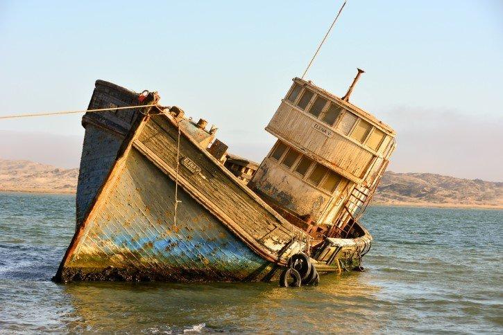 barco de madera encallado