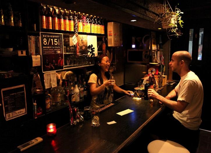 emborrachandose en bar