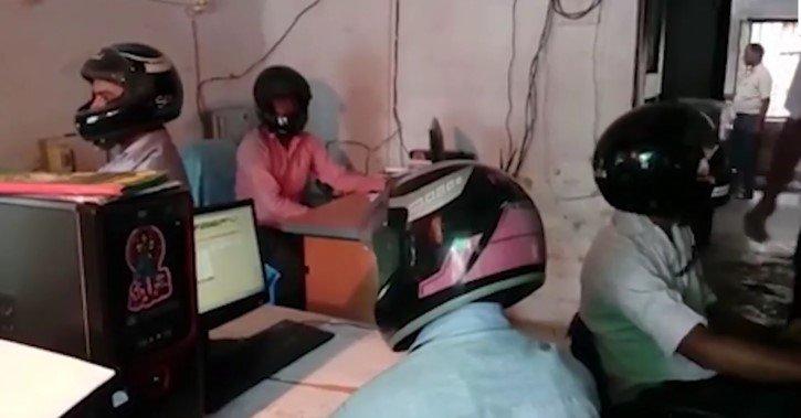 en la oficina con cascos