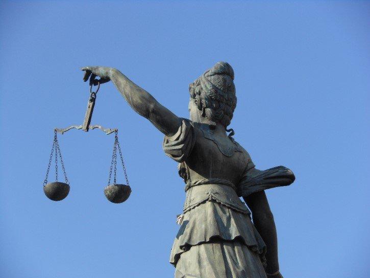 equidas en la justicia estatua