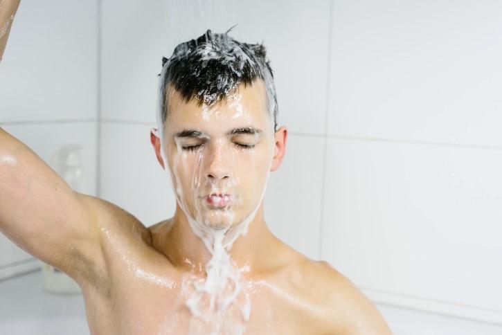 hombre enjuagando el pelo