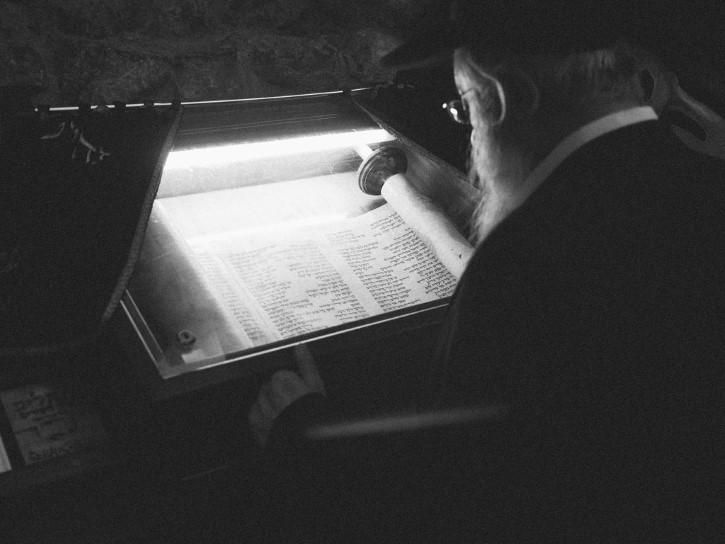 hombre judio leyendo la tora