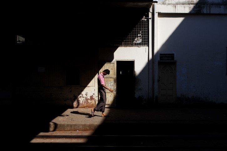 hombre triste en estacion de tren