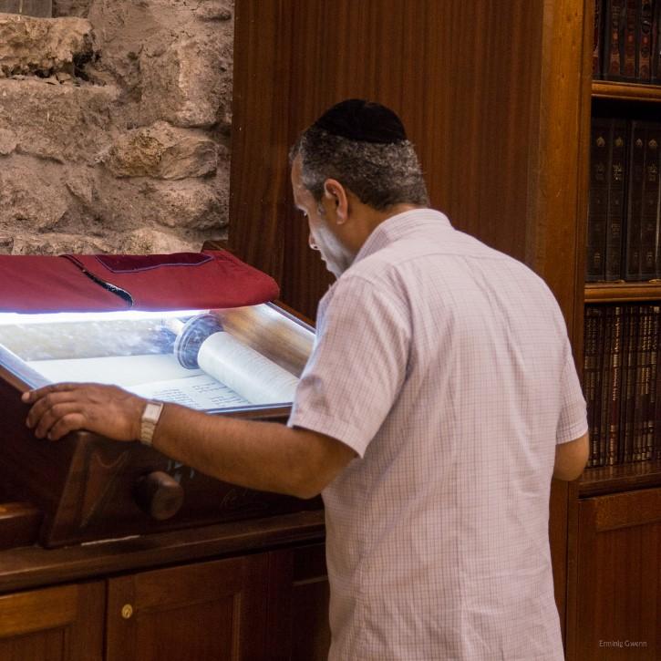 leyendo la tora en una sinagoga