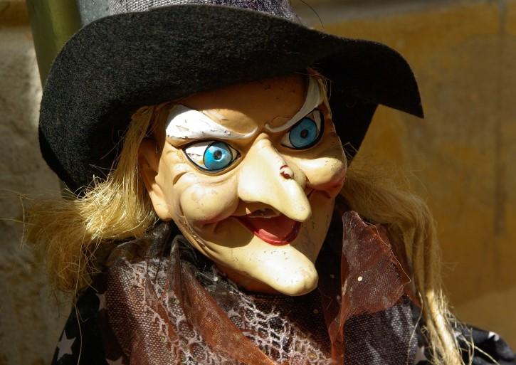 muñeca bruja de ojos azules