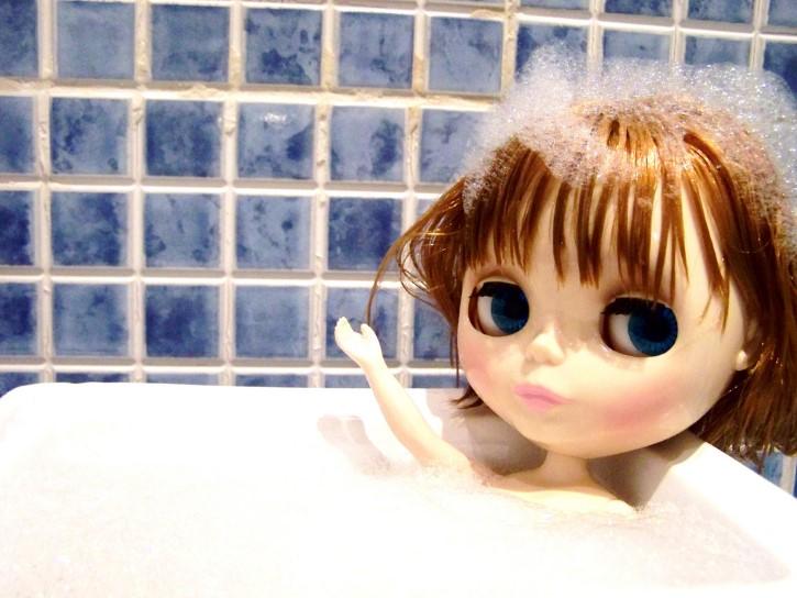 muñeca dandose un baño