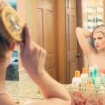 mujer peinandose en un espejo