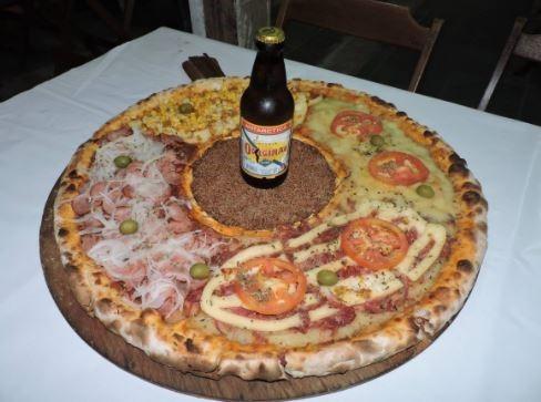 pizza con cerveza al medio