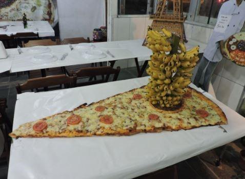 pizza gigante con platanos