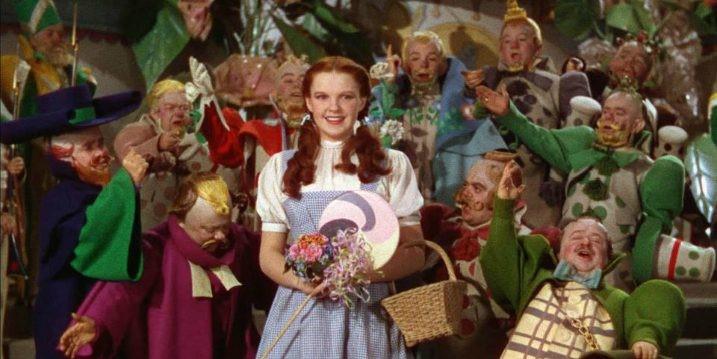Munchkins los enanos del mago de oz y Judy Garland
