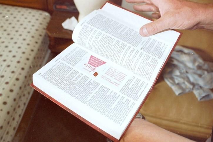 biblia gitana con marcador