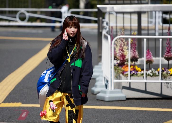 chica japonesa hablando por telefono