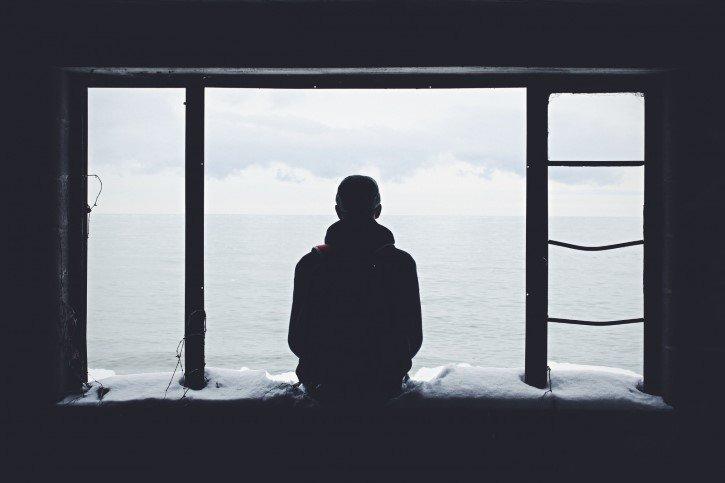 hombre mira al oceano tristeza