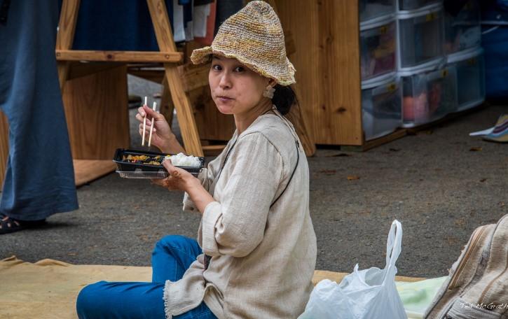 japonesa comiendo con palillos