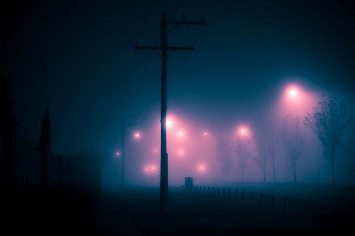 luces en el cielo neblina