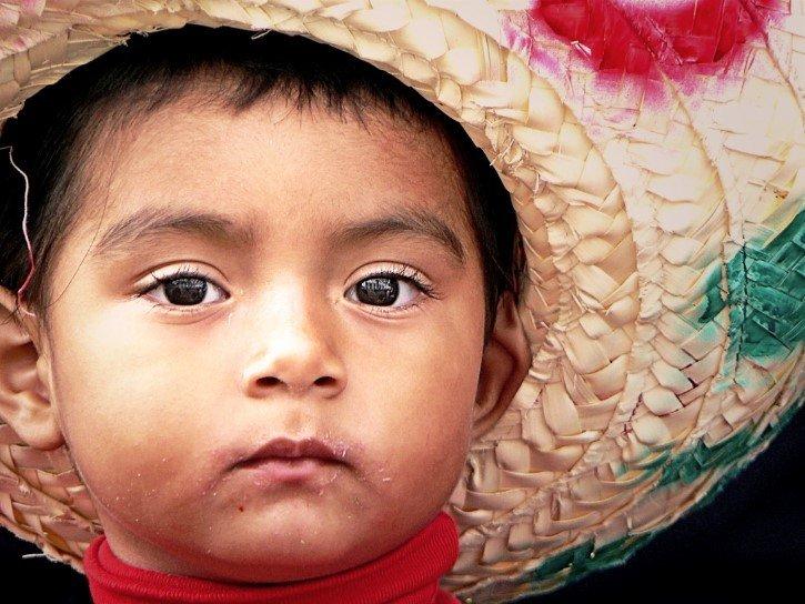 niño con sombrero mexicano