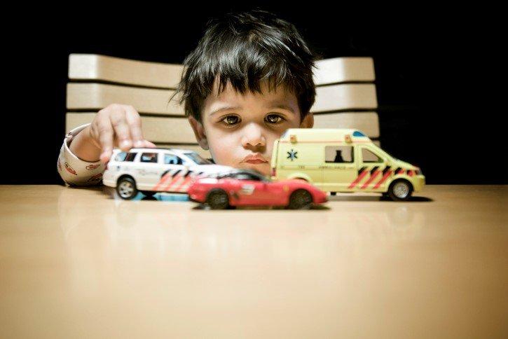 niño jugando autos servicio emergencias