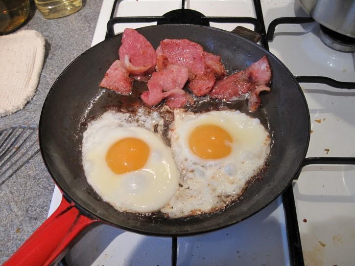 tocino con huevos sarten