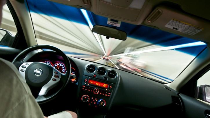 auto por un tunel piloto automatico