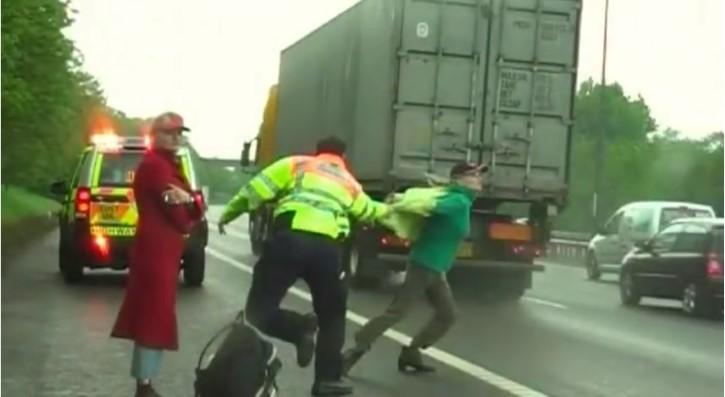 gemela se arroja a un camion