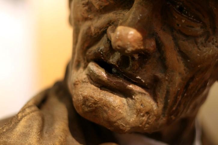 hombre anciano rostro estatua