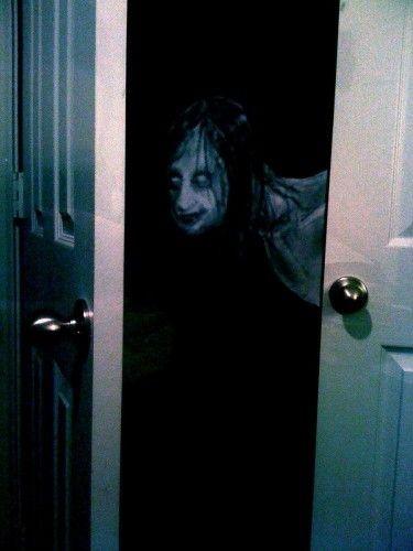 monstruo tras la puerta oscuridad