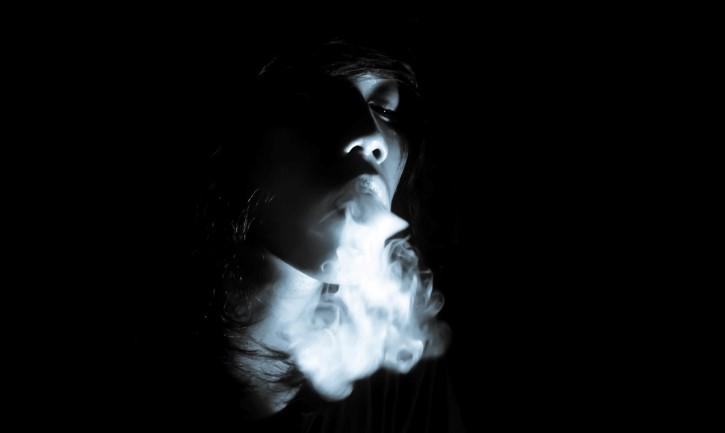 persona humo boca