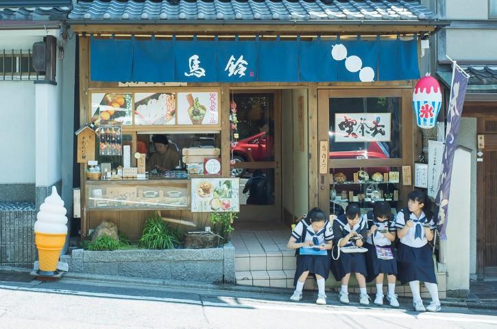 alumnas japonesas descansando fuera de una heladeria