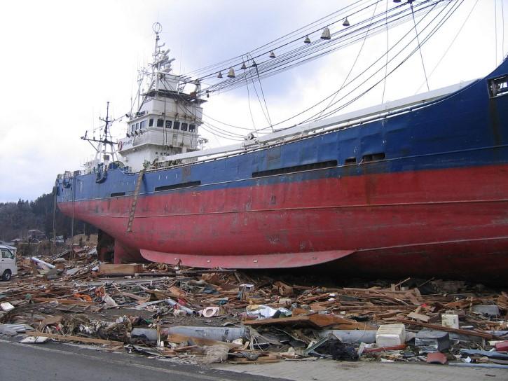 barco tierra adentro en tsunami japon