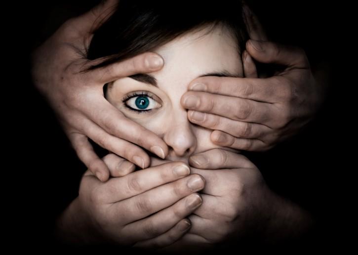 censura tapando el rostro con las manos