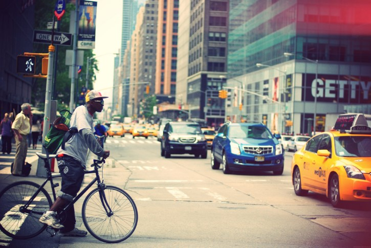 hombre negro en bicicleta en Nueva York