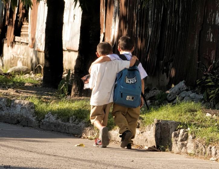 mejores amigos regresan de la escuela