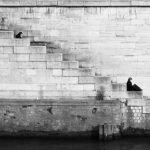 persona sola en las escaleras blanco y negro