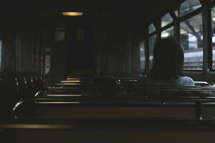 persona solitaria en el tren