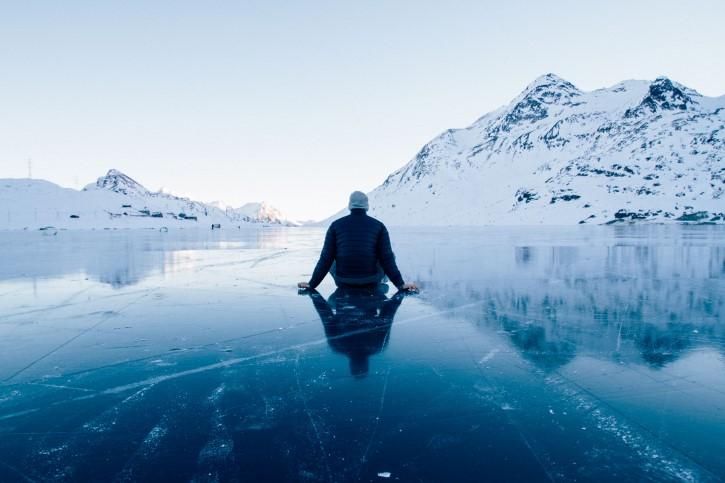 persona solitaria lago congelado