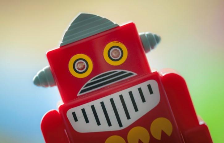 robot de juguete rojo