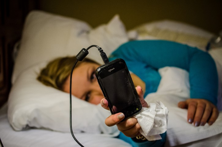 durmiendo con telefono en la cama