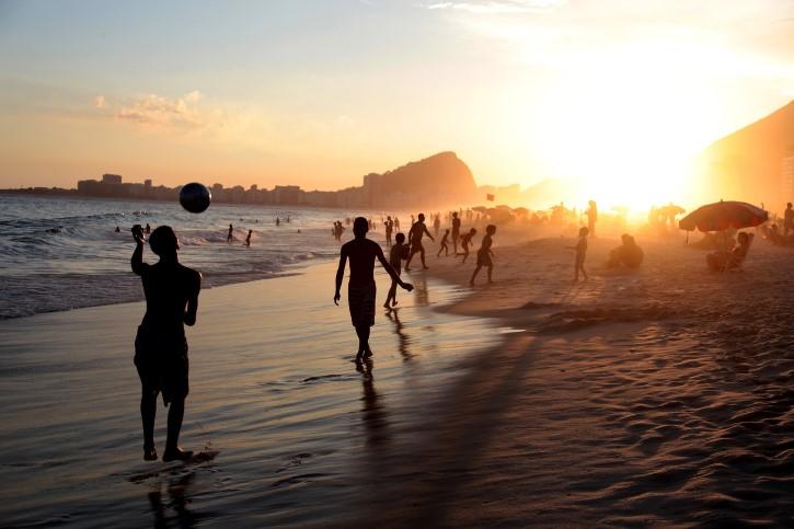 echando la cascarita en la playa