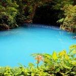 Ilusión óptica natural en río azul turquesa de Costa Rica