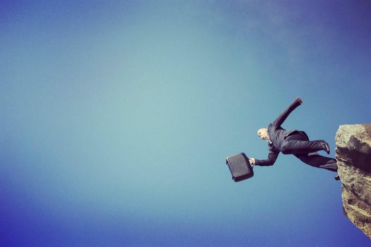 hombre de traje saltando al vacio