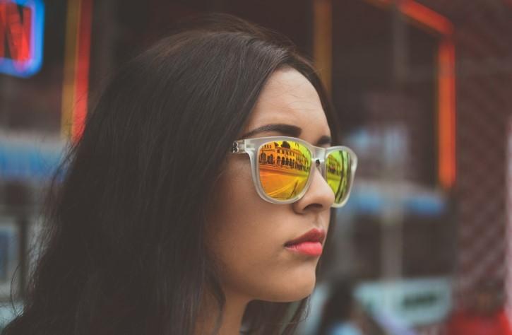 mujer guapa con gafas de sol
