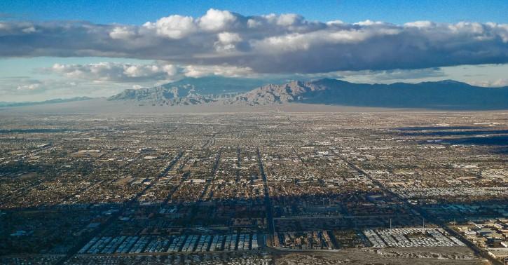 panoramica sobre ciudad nubosa en la vegas nevada