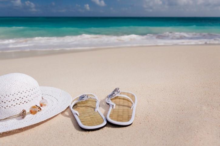 playa vacaciones sandalias sombrero arena