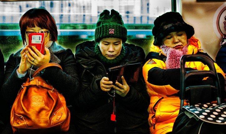 telefono celular en el metro